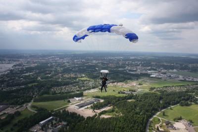 Fallskärm i luften